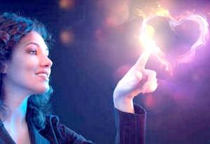 Фото - Жінка вказує пальцем в сердечко з диму
