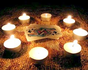 Фото - Карти в колі зі свічок