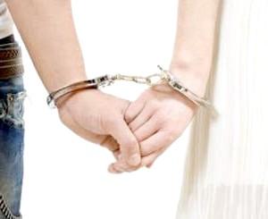 Фото - Руки чоловіка і жінки скуті наручниками