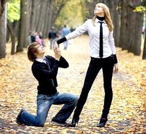 Фото - Хлопець на колінах перед дівчиною