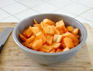 Фото - Нарізана морква в тарілці