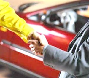 Фото - Рукостискання після успішного продажу машини